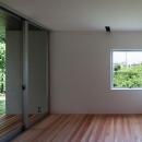 正方形窓が景色を切り取る寝室
