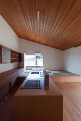 『西向きの家』デッキテラスがつなぐ住まい (木目美しいオープンカウンターキッチン)