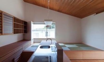 木目美しいオープンカウンターキッチン|『西向きの家』デッキテラスがつなぐ住まい