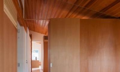 『西向きの家』デッキテラスがつなぐ住まい (木に囲まれた空間)