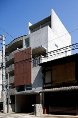 『タテ町家』木×コンクリートのクールな住まい (コンクリート打ち放しの外観)