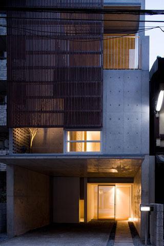『タテ町家』木×コンクリートのクールな住まいの写真 エントランスアプローチ
