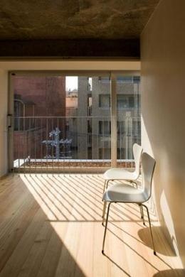 『タテ町家』木×コンクリートのクールな住まい (room1-光を取り込む洋室)