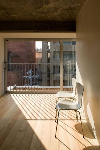 『タテ町家』木×コンクリートのクールな住まいの写真 room1-光を取り込む洋室