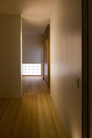 『タテ町家』木×コンクリートのクールな住まいの写真 room2-落ち着く空間