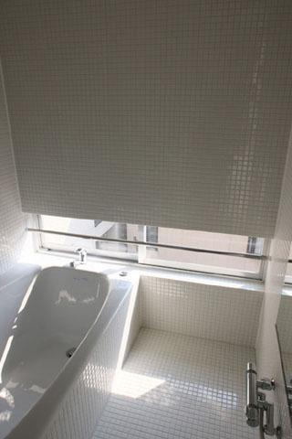 『タテ町家』木×コンクリートのクールな住まいの部屋 白いタイルの浴室