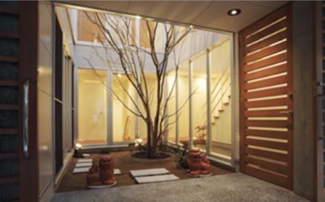 『小倉南の家』茶室をもった、中庭のある家の写真 玄関・中庭