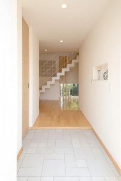 大容量シューズクロークのある玄関 (Y邸・光あふれる2階リビングと露天風呂のある憧れの暮らし)