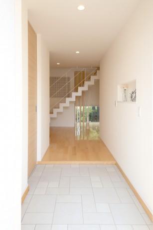 Y邸・光あふれる2階リビングと露天風呂のある憧れの暮らしの部屋 大容量シューズクロークのある玄関