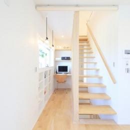Y邸・光あふれる2階リビングと露天風呂のある憧れの暮らし-書斎スペース・スケルトン階段
