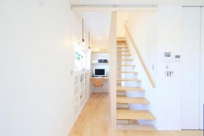 Y邸・光あふれる2階リビングと露天風呂のある憧れの暮らし (書斎スペース・スケルトン階段)