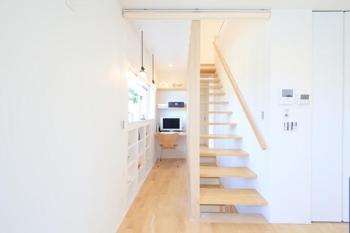 Y邸・光あふれる2階リビングと露天風呂のある憧れの暮らしの部屋 書斎スペース・スケルトン階段