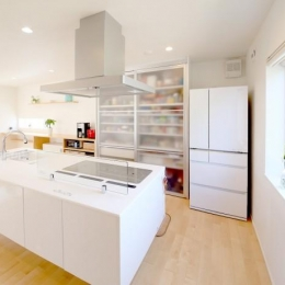 Y邸・光あふれる2階リビングと露天風呂のある憧れの暮らし-開放的なオープンキッチン