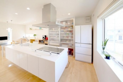 Y邸・光あふれる2階リビングと露天風呂のある憧れの暮らし (開放的なオープンキッチン)