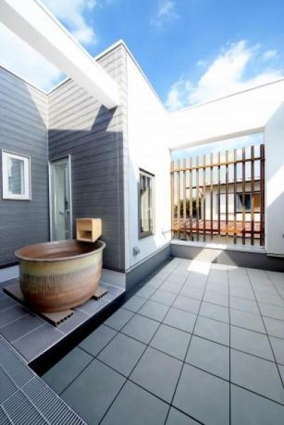 Y邸・光あふれる2階リビングと露天風呂のある憧れの暮らし (2階バルコニー・益子焼の露天風呂)