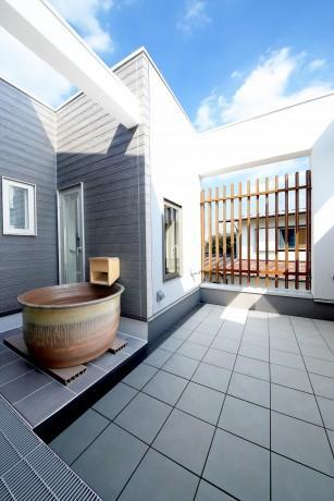 Y邸・光あふれる2階リビングと露天風呂のある憧れの暮らしの部屋 2階バルコニー・益子焼の露天風呂