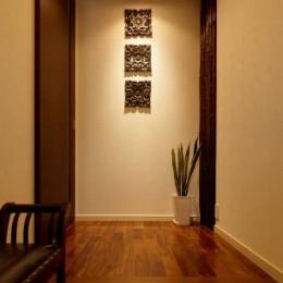 T邸・リゾートを訪れたような寛ぎ。開放感溢れる家 (落ち着きのある玄関)