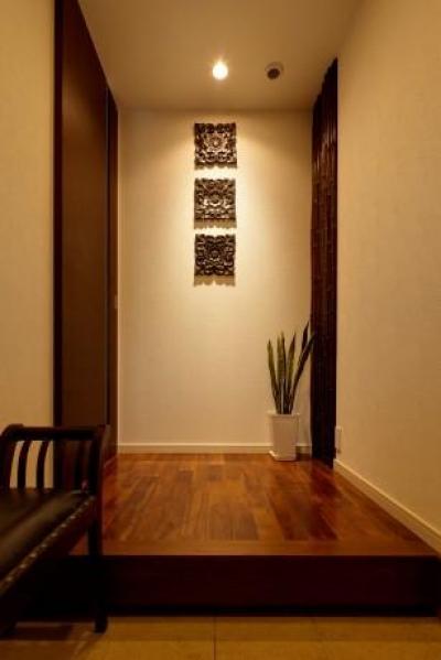 落ち着きのある玄関 (T邸・リゾートを訪れたような寛ぎ。開放感溢れる家)