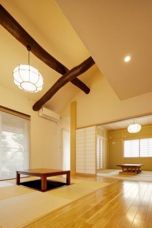 T邸・リゾートを訪れたような寛ぎ。開放感溢れる家の部屋 古材がアクセントの畳リビング