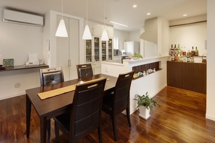 T邸・リゾートを訪れたような寛ぎ。開放感溢れる家の部屋 ダイニングキッチン