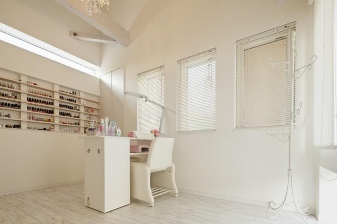 T邸・リゾートを訪れたような寛ぎ。開放感溢れる家の写真 白いサロンルーム
