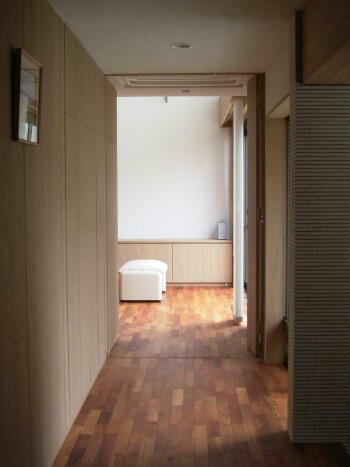 『善行の家』光を取り込むスタイリッシュな住まいの写真 廊下よりリビングを見る