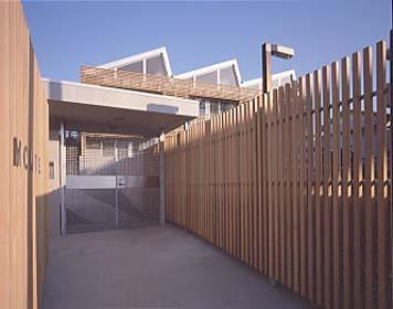 『monte』木×コンクリートのスタイリッシュな集合住宅 (エントランスアプローチ)
