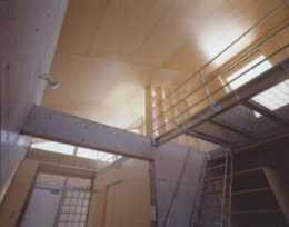 『monte』木×コンクリートのスタイリッシュな集合住宅 (room2-ロフトを見上げる)