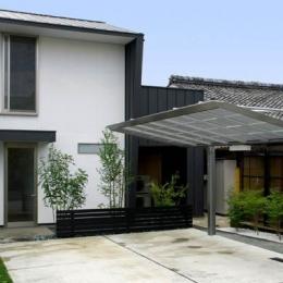 『Th邸』天然木の温かさが心地よい住まい (門型に囲まれた白い外観)