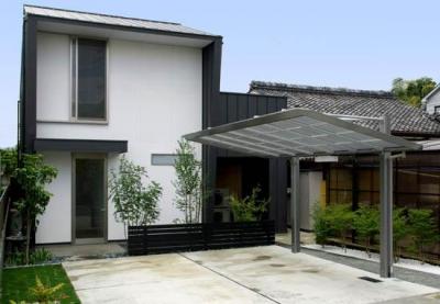門型に囲まれた白い外観 (『Th邸』天然木の温かさが心地よい住まい)