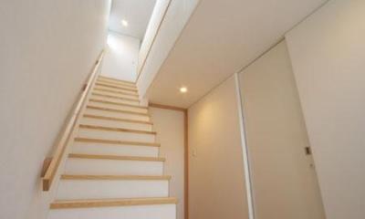 トップライトより光の差し込む階段|『Th邸』天然木の温かさが心地よい住まい