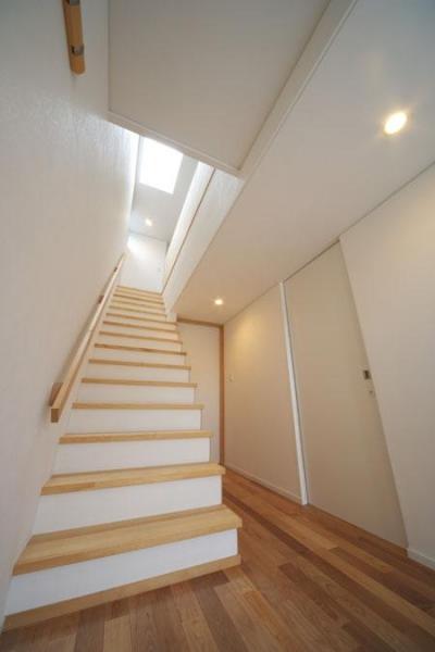 トップライトより光の差し込む階段 (『Th邸』天然木の温かさが心地よい住まい)