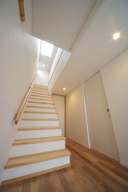 『Th邸』天然木の温かさが心地よい住まいの写真 トップライトより光の差し込む階段