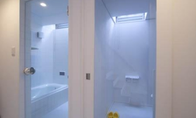 トップライトのあるバスルーム|『Th邸』天然木の温かさが心地よい住まい