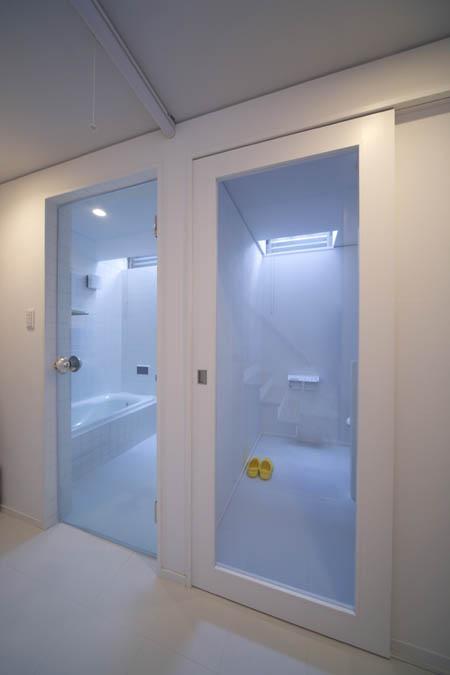 『Th邸』天然木の温かさが心地よい住まいの写真 トップライトのあるバスルーム