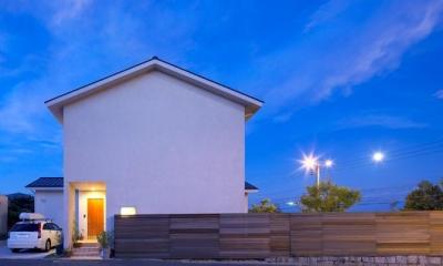 シンプルな外観-夜景|住宅作品3・庭と一体!家族の成長を見守る住まい