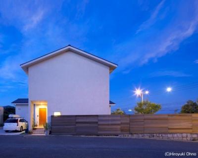 シンプルな外観-夜景 (住宅作品3・庭と一体!家族の成長を見守る住まい)