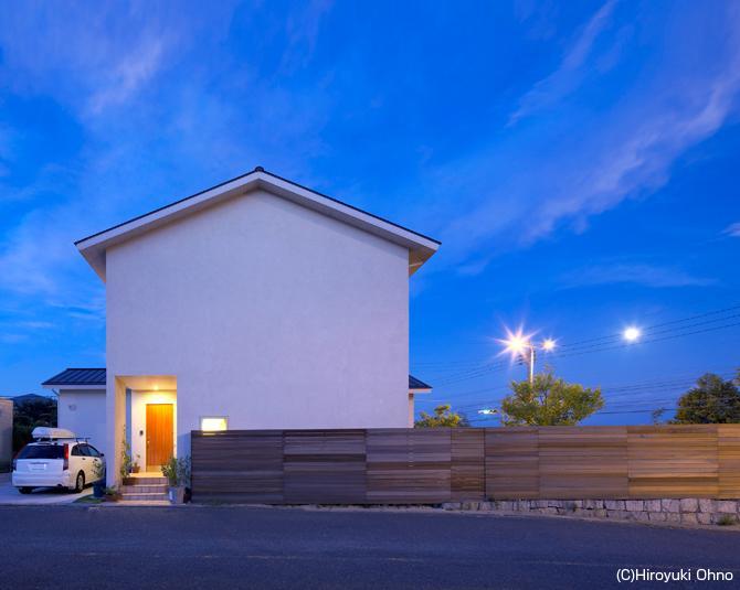 住宅作品3・庭と一体!家族の成長を見守る住まいの部屋 シンプルな外観-夜景