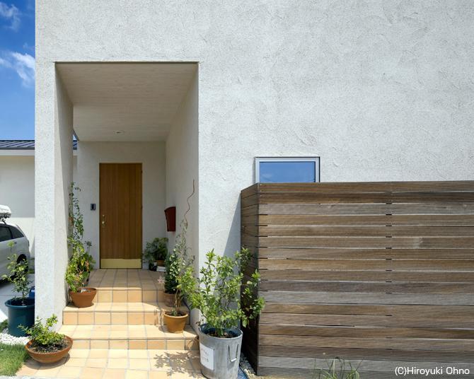住宅作品3・庭と一体!家族の成長を見守る住まいの部屋 観葉植物が迎えてくれるアプローチ