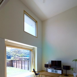 住宅作品3・庭と一体!家族の成長を見守る住まい (高窓より光が降り注ぐ吹き抜けリビング)