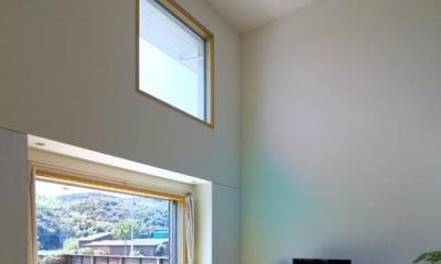 高窓より光が降り注ぐ吹き抜けリビング|住宅作品3・庭と一体!家族の成長を見守る住まい