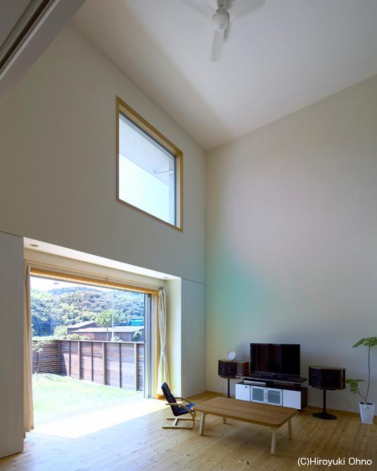 住宅作品3・庭と一体!家族の成長を見守る住まいの部屋 高窓より光が降り注ぐ吹き抜けリビング