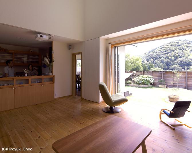 住宅作品3・庭と一体!家族の成長を見守る住まいの部屋 優しい光に包まれるリビング
