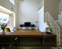 住宅作品3・庭と一体!家族の成長を見守る住まい (キッチンよりリビングを見る)