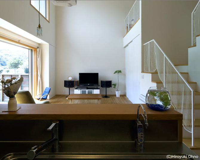 住宅作品3・庭と一体!家族の成長を見守る住まいの部屋 キッチンよりリビングを見る