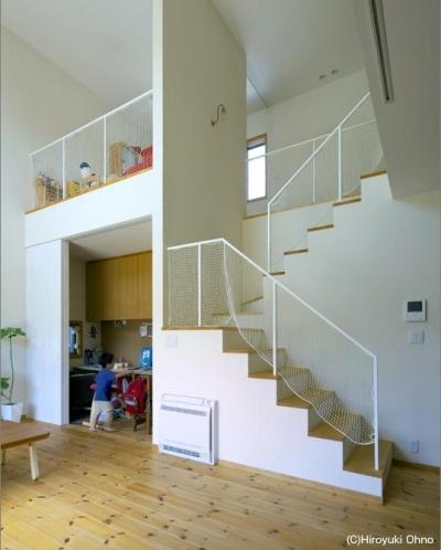 吹き抜け-転落防止ネット付きの階段 (住宅作品3・庭と一体!家族の成長を見守る住まい)