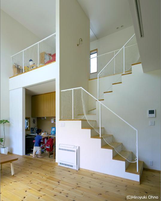 住宅作品3・庭と一体!家族の成長を見守る住まいの部屋 吹き抜け-転落防止ネット付きの階段