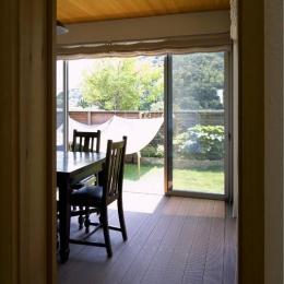 住宅作品3・庭と一体!家族の成長を見守る住まい (リビングよりダイニングを見る)