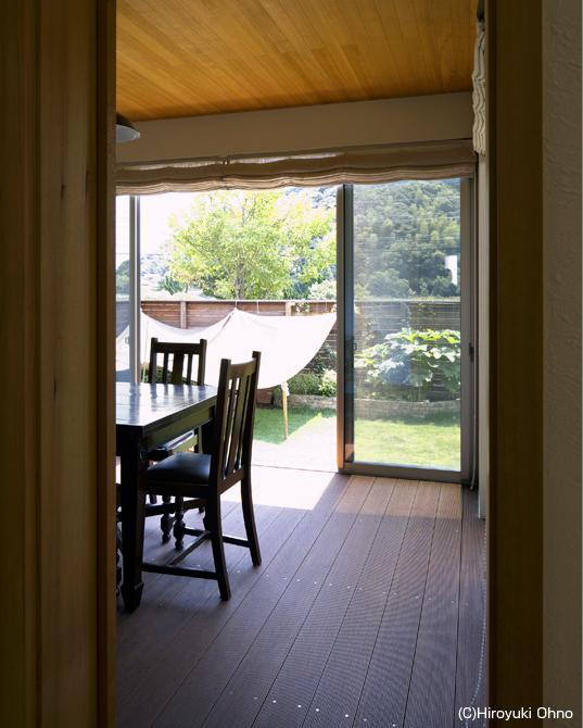 住宅作品3・庭と一体!家族の成長を見守る住まいの部屋 リビングよりダイニングを見る