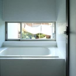 住宅作品3・庭と一体!家族の成長を見守る住まい (タイル貼りの明るい浴室)
